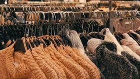Nuremberg, Allemagne - 1er décembre 2018 : L'habillement chaud d'un grand nombre de femmes accroche sur des cintres et se trouve  banque de vidéos