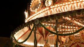 Nuremberg, Allemagne - 1er décembre 2018 : L'illumination foncée fascinante de ciel nocturne de lumières clignotantes du cru joye banque de vidéos