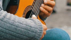 Nuremberg, Allemagne - 1er décembre 2018 : Professionnel de guitare de rue jouant jouer habilement la guitare acoustique dans la  banque de vidéos