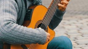 Nuremberg, Allemagne - 1er décembre 2018 : Professionnel de guitare de rue jouant jouer habilement la guitare acoustique dans la  clips vidéos