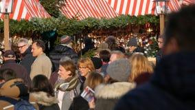 Nuremberg, Allemagne - 1er décembre 2018 : Une foule des personnes marchant entre les stalles sur le marché de Noël Nuremberg clips vidéos