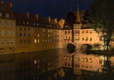 Nuremberg, de nachtscène van Duitsland-Heilig Geist Spital- Stock Afbeelding