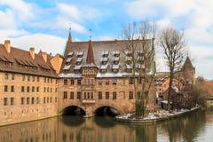 Nuremberg, het oude middeleeuwse ziekenhuis langs de rivier, Duitsland Royalty-vrije Stock Afbeeldingen