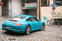 Nuremberg, 27 December: blauwe Porsche-auto naast de garage van Durer-Hotel Stock Fotografie