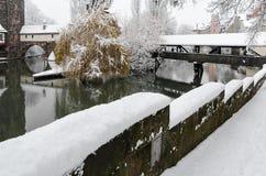 Nuremberg, Duitsland - Beulhuis en voetgangersbrug - de witte winter van rivierpegnitz- Stock Afbeelding