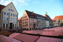 NUREMBERG, DUITSLAND - DECEMBER 23, 2013: De beroemdste Kerstmismarkt in Duitsland Christkindlesmarkt in Nuremberg, Duitsland royalty-vrije stock fotografie