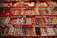 NUREMBERG, DUITSLAND - DECEMBER 23, 2013: Heel wat miniatuur traditioneel Duits speelgoed voor poppenhuizen Nuremberg, Duitsland Stock Fotografie