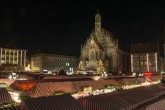 NUREMBERG, DUITSLAND - December zevende, 2017: De Kerstmismarkt binnen stock foto
