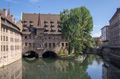 Nuremberg/DUITSLAND - September 17, 2018: Heilig-Geist-Spital, Armenhuis van Heilige Geest het mooie historische bulding op Pegni stock afbeelding