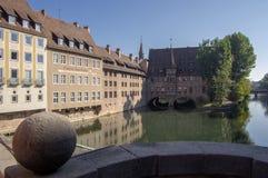 Nuremberg/DUITSLAND - September 17, 2018: Heilig-Geist-Spital, Armenhuis van Heilige Geest het mooie historische bulding op Pegni stock foto's