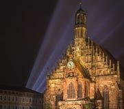 Nuremberg natt, laser-ljus på kyrkan Royaltyfria Foton