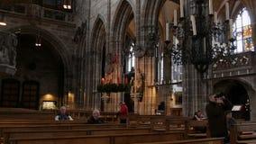 Nuremberg Niemcy, Grudzień, - 1, 2018: Wśrodku widoku kościół St Lorenz w Nuremberg Stare wysokie kolumny wewnątrz zbiory wideo