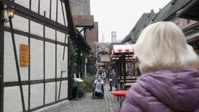Nuremberg Niemcy, Grudzień, - 5, 2018: Widok ulicy stary miasto Nuremberg w zimie zbiory wideo