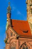 Nuremberg (Nuernberg), Alemanha detalha a igreja de nossa senhora foto de stock