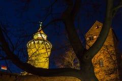 Nuremberg (Nuernberg), Duitsland-Nacht oud stad-keizerkasteel Royalty-vrije Stock Foto's