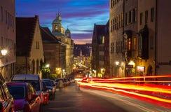 Nuremberg (Nuernberg), Tyskland-afton cityscape - trafikljus Royaltyfri Foto