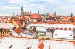 Nuremberg (Nuernberg), Tyskland-antenn sikt - snöig gammal stad royaltyfri bild