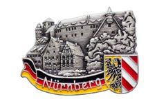 Nuremberg Nurnberg för magnet för Tysklandsouvenirkylskåp som emblem isoleras på vit Kylskåpmagneter är populära souvenir royaltyfria foton
