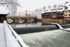 Nuremberg, paysage urbain neigeux de Pegnitz- de rivière maximum de pont de l'Allemagne Photos stock