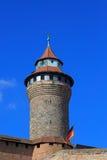 Nuremberg slott (det Sinwell tornet) med blå himmel och moln Arkivfoto