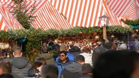Nuremberg Tyskland - December 1, 2018: En folkmassa av folk som går mellan, stannar på julmarknaden Nuremberg stock video