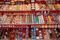 NUREMBERG TYSKLAND - DECEMBER 23, 2013: Miniatyrtraditionella tyska leksaker för dockhus på mässan germany nuremberg Royaltyfri Bild