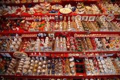 NUREMBERG TYSKLAND - DECEMBER 23, 2013: Mycket miniatyrtraditionella tyska leksaker för dockhus germany nuremberg Arkivbild
