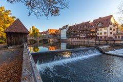 Nuremberg-Tyskland-gammal stadflod Pegnitz Fotografering för Bildbyråer