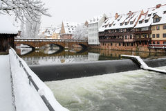 Nuremberg Tyskland maximal broflod Pegnitz- snöig cityscape Arkivfoton