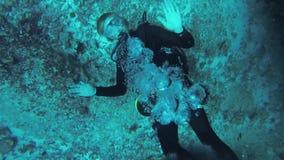 Nurka pływanie podwodny z akwalung fala ręką w kamerze zgłębia rafa zbiory wideo