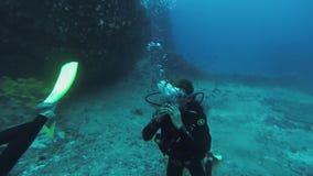 Nurka pływanie podwodny z akwalung fala ręką w kamerze zgłębia Scubadiving zbiory wideo