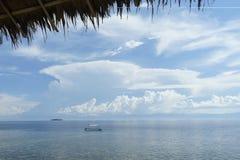 Nurkowa łódź z filipińską flaga na powierzchni tropikalny morze Zdjęcie Stock