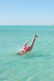 Nurkowej młodej kobiety tropikalny morze iść na piechotę up Fotografia Royalty Free