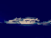 Nurkowi safari jachty przy nocy marina, retro styl Obraz Royalty Free