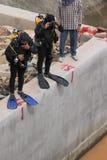 Nurkowie nurkują wewnątrz sprawdzać pęknięcia budynki pod wodą zdjęcia royalty free