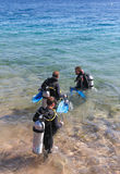 Nurkowie wchodzić do morze. Zdjęcia Royalty Free