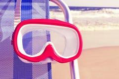 Nurkowy maskowy obwieszenie w deckchair z retro filtrowym skutkiem zdjęcie royalty free