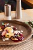 Nurkuje z puree ziemniaczane, sos i jagody restauracyjni obraz stock