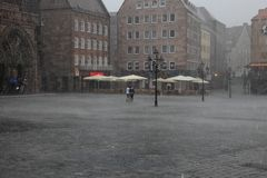 NURNBERG, ΓΕΡΜΑΝΙΑ - 13 ΙΟΥΛΊΟΥ 2014: Βροχερή ημέρα Hauptmarkt, η CEN Στοκ Φωτογραφίες