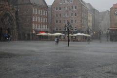 NURNBERG, ГЕРМАНИЯ - 13-ОЕ ИЮЛЯ 2014: Дождливый день Hauptmarkt, cen Стоковые Фото