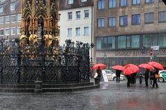 NURNBERG, ALEMANIA - 13 DE JULIO DE 2014: Día lluvioso Hauptmarkt, el CEN Foto de archivo libre de regalías
