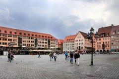 NURNBERG, ALEMANIA - 13 DE JULIO DE 2014: Hauptmarkt, el cuadrado central Fotografía de archivo