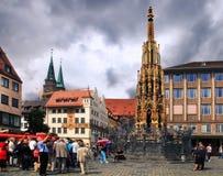 NURNBERG, GERMANIA - 13 LUGLIO 2014: Hauptmarkt, il quadrato centrale fotografie stock
