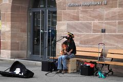 NURNBERG, GERMANY - JULY 13 2014: Hauptmarkt, the central square of Nuremberg - street musician Royalty Free Stock Images