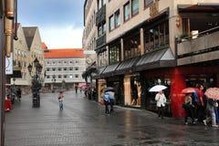 NURNBERG TYSKLAND - JULI 13 2014: Regnig dag Hauptmarkt cenen Arkivfoto
