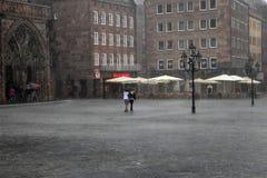 NURNBERG TYSKLAND - JULI 13 2014: Regnig dag Hauptmarkt cenen Royaltyfria Bilder