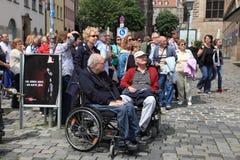NURNBERG TYSKLAND - JULI 13 2014: Turister i rullstolar på Hau Arkivfoton