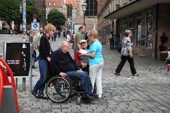 NURNBERG TYSKLAND - JULI 13 2014: Turister i rullstolar på Hau Arkivbilder