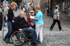 NURNBERG TYSKLAND - JULI 13 2014: Turister i rullstolar på Hau Arkivfoto