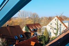 Nurnberg Tyskland - 04 01 2013: sikt av belade med tegel tak från loftfönstret i soligt väder fotografering för bildbyråer